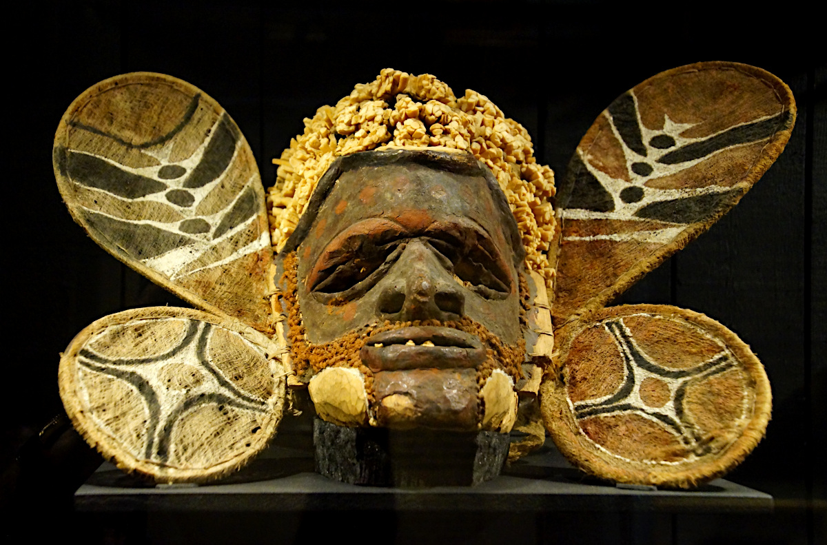 Dance mask in wood from Papua New Guinea